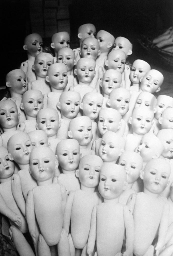 NON SPECIFIE - NON DATE: Ensemble de corps de poupées encore nus dans une fabrique de poupées. (Photo by Keystone-FranceGamma-Rapho via Getty Images)