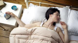 ¿Dormir mucho hace tanto daño como fumar?